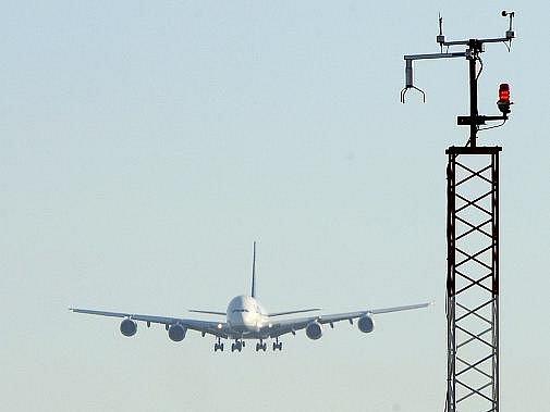 Největší dopravní letadlo současnosti Airbus A380 přistálo 2. října poprvé v Praze. Českou metropoli navštívil u příležitosti 45. výročí působení společnosti Lufthansa v Česku.