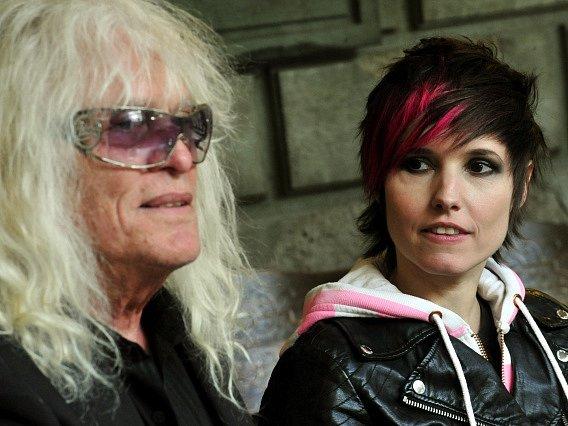 Na tiskové konferenci v Karlových Varech odpovídali 16. dubna na otázky novinářů členové legendární maďarské rockové skupiny Omega. Na snímku je kytarista a zpěvák János Kóbor a baskytaristka Kati Szöllössyová.