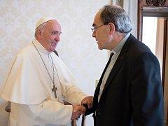 Papež František při setkání s kardinálem Barbarinem.