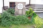 Jeden z mnoha pomníčků padlých, jež v Praze a okolí zůstaly po květnovém povstání v roce 1945. Tento, věnovaný třem neznámým hrdinům, se nachází na Zbraslavi. Padlých zde ale bylo ještě mnohem víc