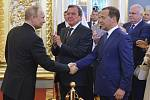 Vladimiru Putinovi přeje Dmitrij Medveděv. Uprostřed bývalý německý kancléř Gerhard Schröder.