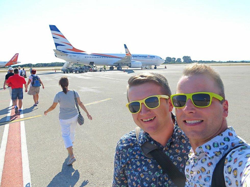 Registrovaný manželský pár Robert Zauer (40 let) a Tomáš Kavalec (38 let) z Teplic, selfíčka z cestování po světě. Na letišti v Kefalonii.