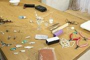 Šperkařka Jana Veselá v Receptáři prima nápadů poradila, jak si vyrobit vlastní šperky z modelovacího stříbra