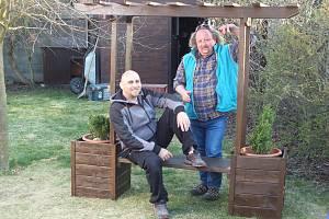 Po práci na zahradě můžete odpočívat na vlastní lavičce, kterou lze spojit s truhlíky a pergolou. Vyrobte si ji podle jednoduchého návodu.