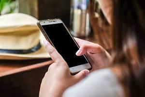 Mobilní telefon, aplikace. Ilustrační foto