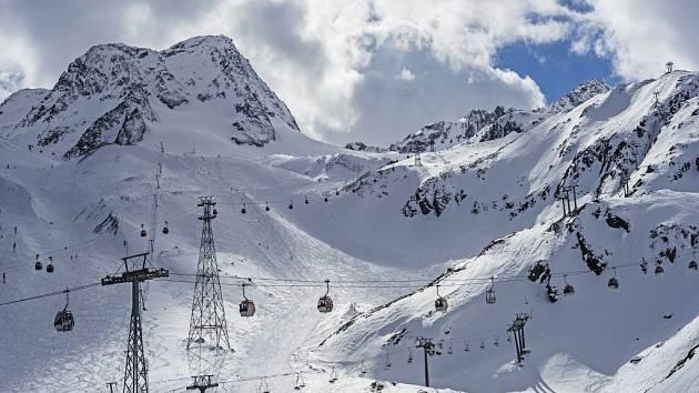 Na Stubaiském ledovci, na který se dá z Prahy po dálnici dojet za pouhých šest hodin, leží kolem metru sněhu.