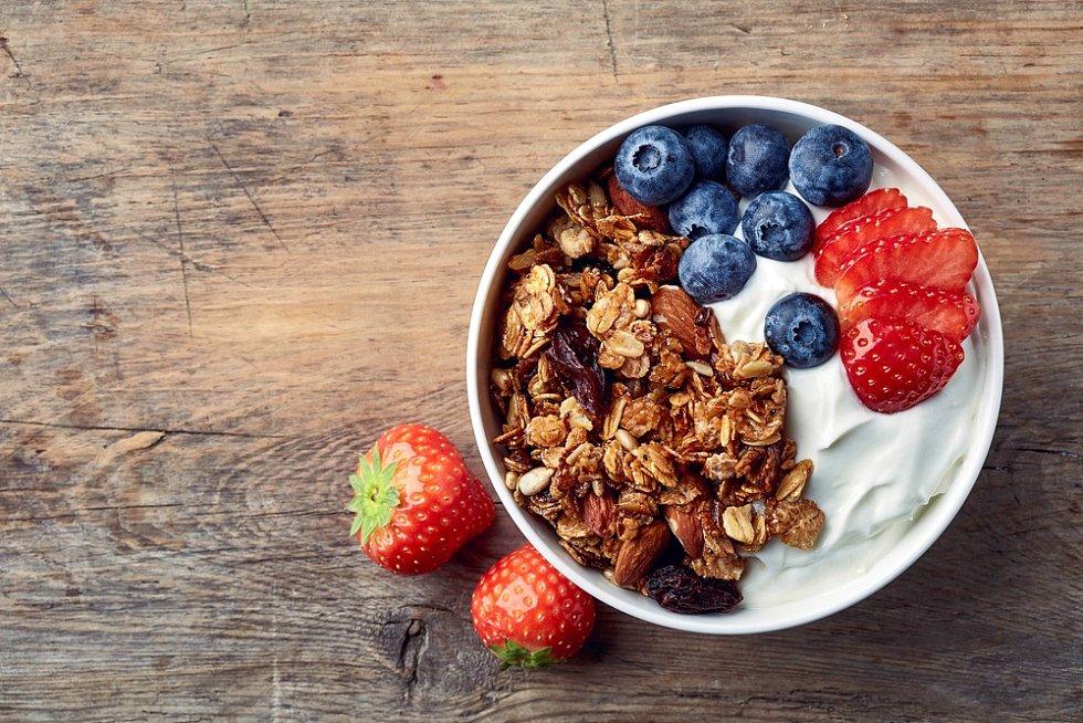 Jogurt s ovocem je pro mnoho lidí oblíbenou snídaní.
