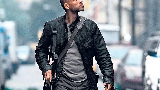 SPASITEL? Robert Neville (Will Smith) prochází spolu se svou věrnou psí společnicí Sam newyorskými ulicemi a doufá, že není na světě úplně sám.