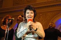 Zuzana Stirská a členové uskupení Gospel Time zazpívali tentokrát netradičně – vystoupili za doprovodu Filharmonie Hradec Králové.