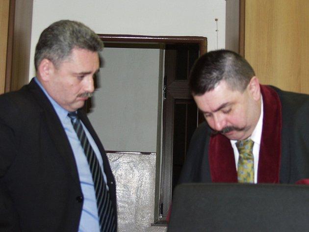 Větrovec se státním zástupcem Dolejším u Táborského soudu se loučí po dnu v soudní síni.