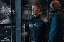 NÁVRAT. Captain America a Nick Fury (Chris Evans a Samuel L. Jackson) v temnějším pokračování Avengerů.