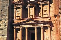 POKLADNICE AL-KHAZNEH. Původně měla sloužit jako hrobka nabatejského krále Arety III.