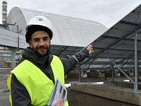 Yevgen Varyagin, ředitel ukrajinsko-německé společnosti Solar Chernobyl, ukazuje agentuře AFP nové solární panely u Černobylu