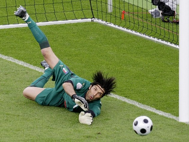 Skvělý zásah italského gólmana Buffona.