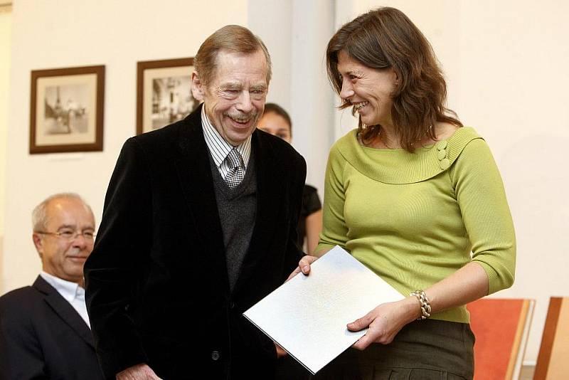 Václav Havel předal 9. listopadu v Praze první výroční cenu Bílé lilie za prosazování principu transparentnosti ve veřejné správě. Na snímku oceněná finalistka soutěže místostarostka Černošic Daniela Göttelová.