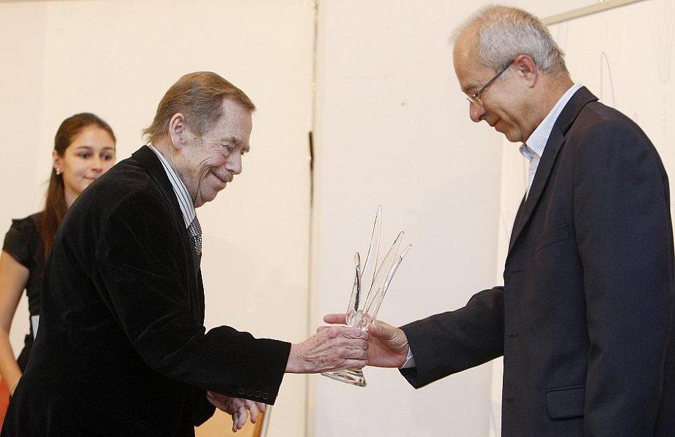 Václav Havel předal 9. listopadu v Praze první výroční cenu Bílé lilie za prosazování principu transparentnosti ve veřejné správě. Na snímku vpravo vítěz Oldřich Kužílek.