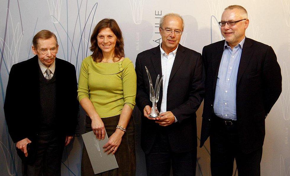 Na snímku zleva Václav Havel, oceněná finalistka soutěže místostarostka Černošic Daniela Göttelová, vítěz Oldřich Kužílek a Zdeněk Bakala.