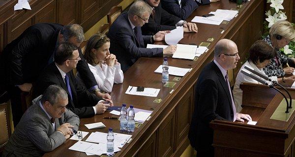 Opozice ve sněmovně kritizovala Petra Nečase marně.