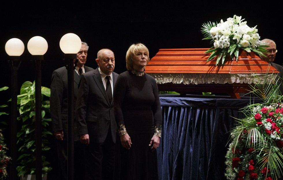 Lidé se mohli 19. března v pražském Divadle Na Vinohradech rozloučit s hercem Otakarem Brouskem.