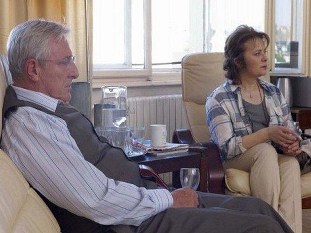 V novém seriálu Novy Gympl hrají Karel Heřmánek i Libuše Šafránková.