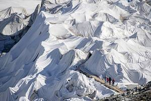 Turisté na švýcarském ledovci
