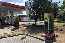 Rychlodobíjecí stojan na čerpací stanici v Rousínově u Vyškova