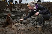 """Archeologové sotva začali s delikátním úkolem odhalit jejich obsah, ale už nyní vykopávky vynesly na světlo """"úžasné artefakty""""."""