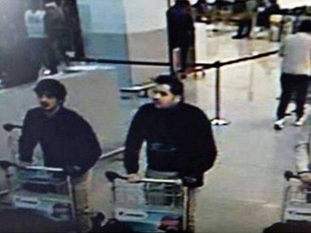 Dva sebevražední atentátníci, kteří podnikli úterní útok na bruselském letišti, byli podle policie bratři Khalid a Brahim El Bakraouiovi z belgické metropole.