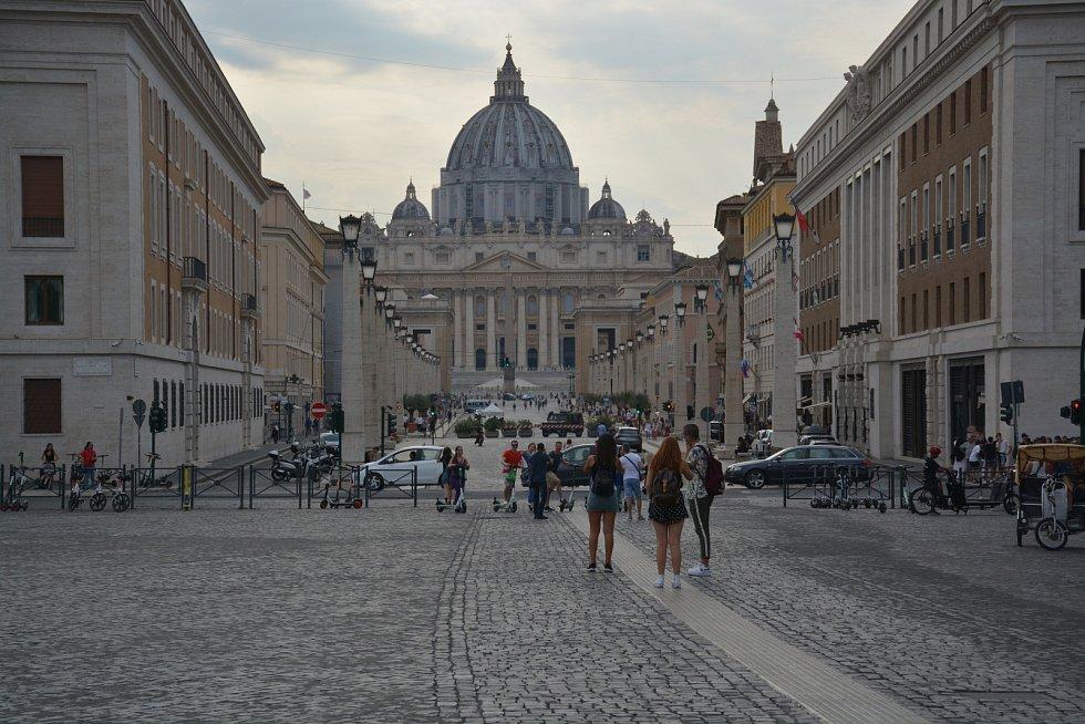 Pohled na ulici vedoucí ke Svatopetrskému náměstí a bazilice sv. Petra. Když vysílali první papežův projev po atentátu, život na ní se zastavil.