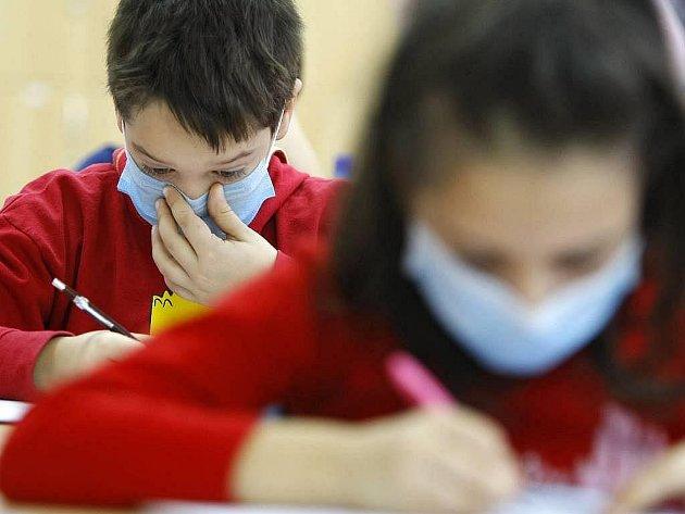 Prasečí chřipka si v Česku vyžádala osmou oběť. Ministerstvo zdravotnictví ve čtvrtek odpoledne na svých internetových strán-kách zveřejnilo, že ve středu zemřela v havířovské nemocnici 48letá žena.