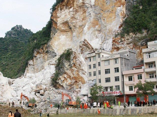 Záchranáři odstraňují zřícené skalisko v čínském městečku Heči.