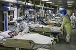 Zdravotníci ošetřují pacienty s koronavirem v nemocnici v čínském městě Wu-chan na snímmku