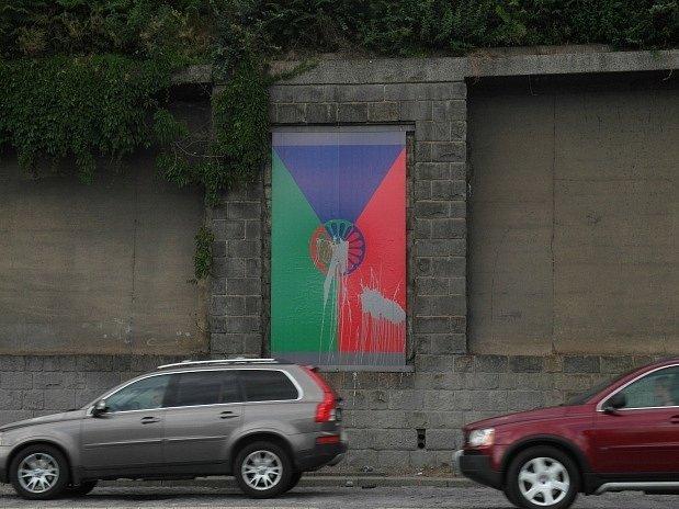 V noci z 11. na 12. srpna byla poškozena výstava dokumentující výběrové řízení na česko-romskou vlajku prezentovaná v prostorách venkovní galerie Artwall v Praze. Projekt slovenského umělce Tomáše Rafy představuje sedm návrhů.