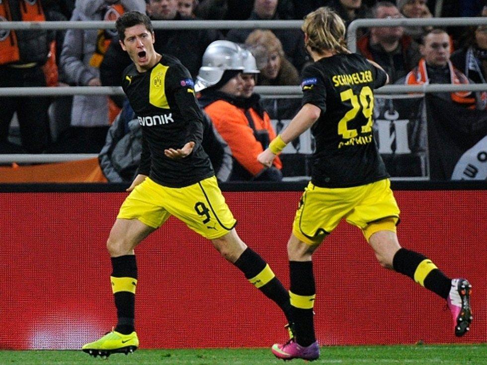 Robert Lewandowski z Dortmundu (vlevo) slaví s Marcelem Schmelzerem gól proti Šachtaru Doněck.