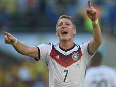 Bastian Schweinsteiger z Německa se raduje z gólu proti Francii.
