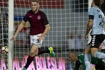 Jakub Brabec ze Sparty se raduje z gólu proti Sönderjyske.