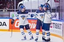 Hokejisté Finska se radují z gólu proti Dánsku.