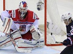 Český hrdina Alexander Salák (vlevo) kryje střelu Johnnyho Gaudreaua z USA i se zlomenou hokejkou.