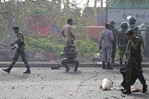 Příslušníci srílanských bezpečnostních složek na místě výbuchu poblíž kostela svatého Antonína v Kolombu