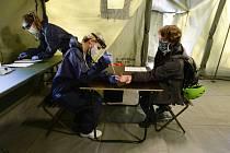 V odběrovém stanu v Kateřinské zahradě v Praze začalo 23. dubna 2020 testování dobrovolníků do studie kolektivní imunity vůči koronaviru. Studie má ukázat, jaký podíl obyvatel už má proti koronaviru protilátky a získal případně imunitu