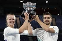 Česká tenistka Barbora Krejčíková a Nikola Mektič z Chorvatska s trofejí pro vítěze mixu na Australian Open