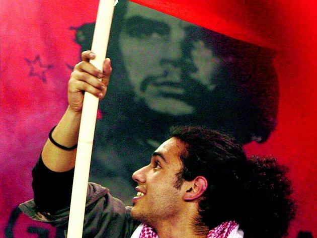 OSLAVY. Přívrženci kyperského prezidenta Demetrise Christofiase se nijak netají obdivem ke známým ikonám komunismu.
