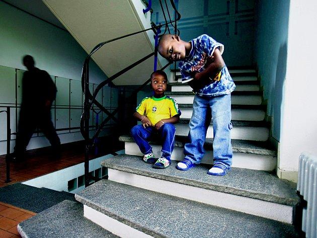Tito mladí žadatelé o azyl z afrického Toga podle nových pravidel v některých městech do bazénu nesmějí.