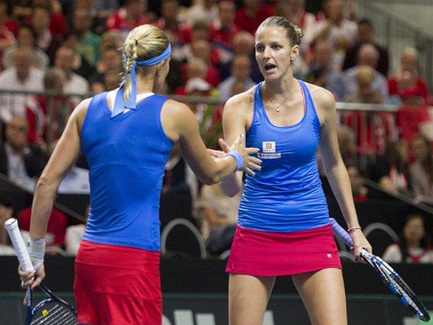 Lucie Hradecká (vlevo) a Karolína Plíšková v semifinále Fed Cupu.