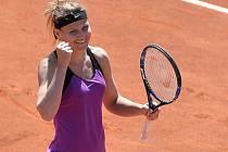 Lucie Šafářová se raduje z postupu do finále turnaje v Praze.