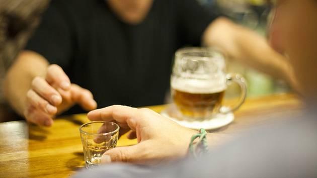 Pití alkoholu. Ilustrační foto