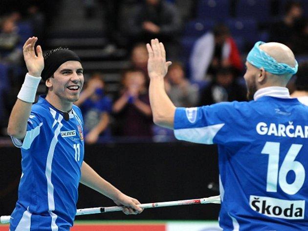 Čeští florbalisté Tomáš Sladký (vlevo) a Milan Garčar se radují z úspěšné akce na mistrovství světa.