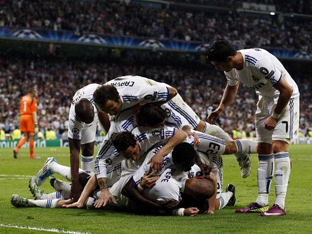 Fotbalisté Realu Madrid se radují z gólu proti Tottenhamu.