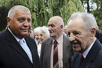 Bývalý předseda vlády Milouš Jakeš (vpravo) a bývalý šéf pražských komunistů Miroslav Štěpán (vlevo) se zúčastnili posledního rozloučení s herečkou Jiřinou Švorcovou