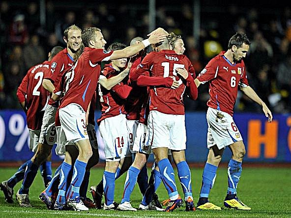 Češi se radují po gólu do sítě Litvy.
